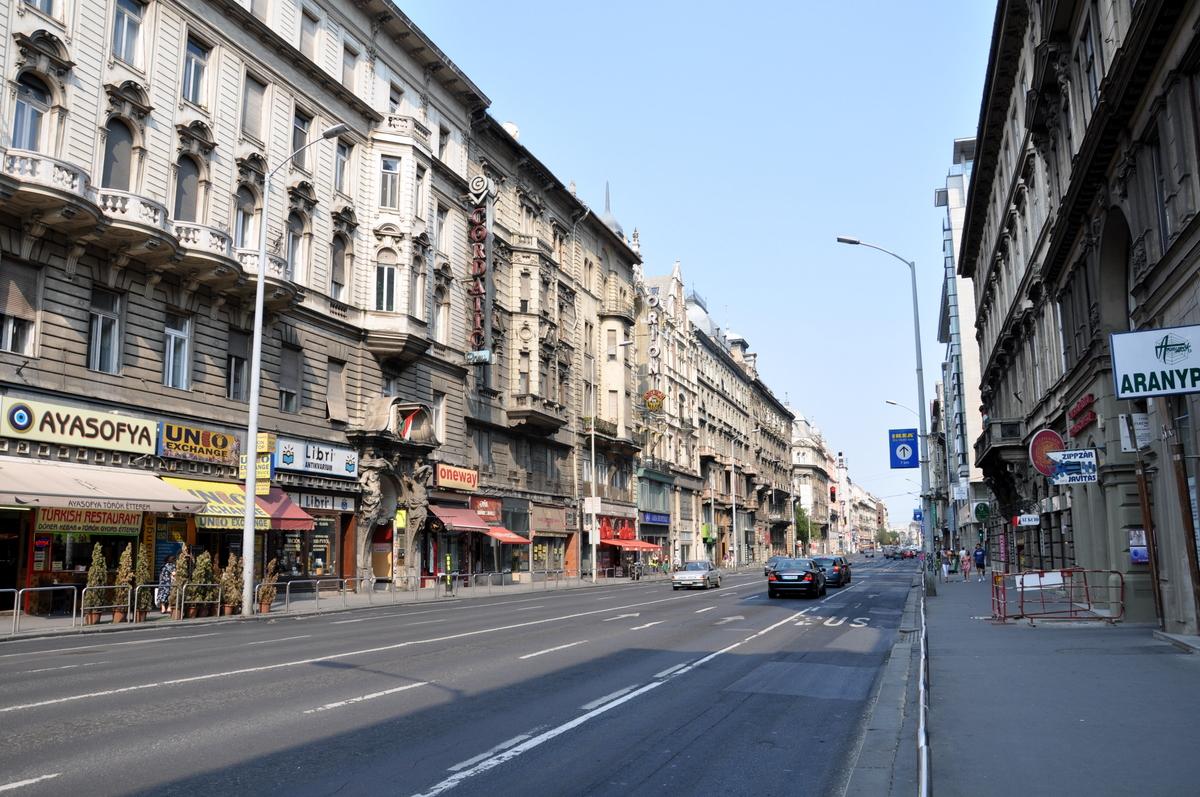 V.ker. belváros szívében, Astoriánál, Kossuth L. 130m2, utcai, galériás, kirakatos üzlethelyiség kiadó
