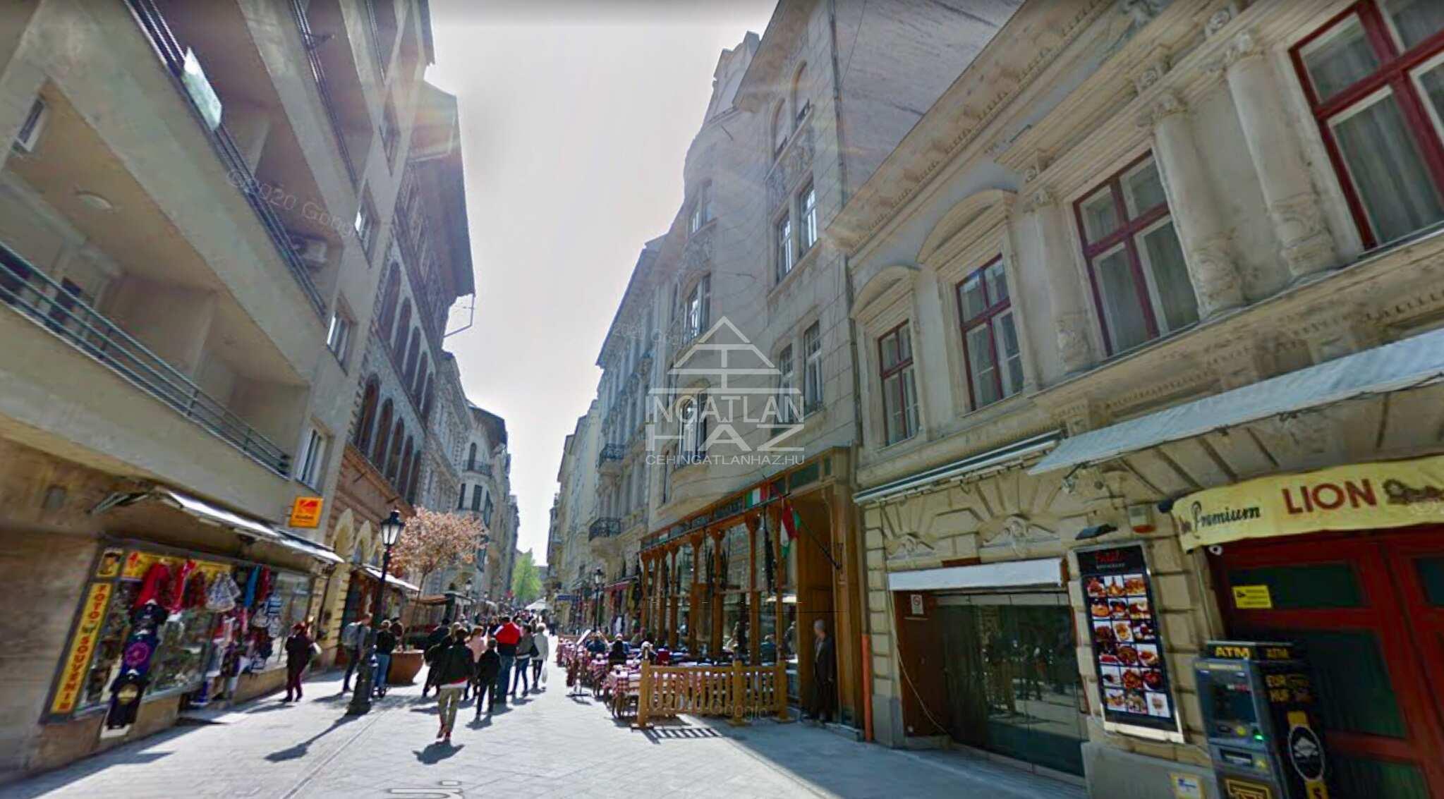 V.ker. Belváros szívében, Váci utca, 600m2 , utcai, kirakatos, felújított, galériás üzlethelyiség eladó