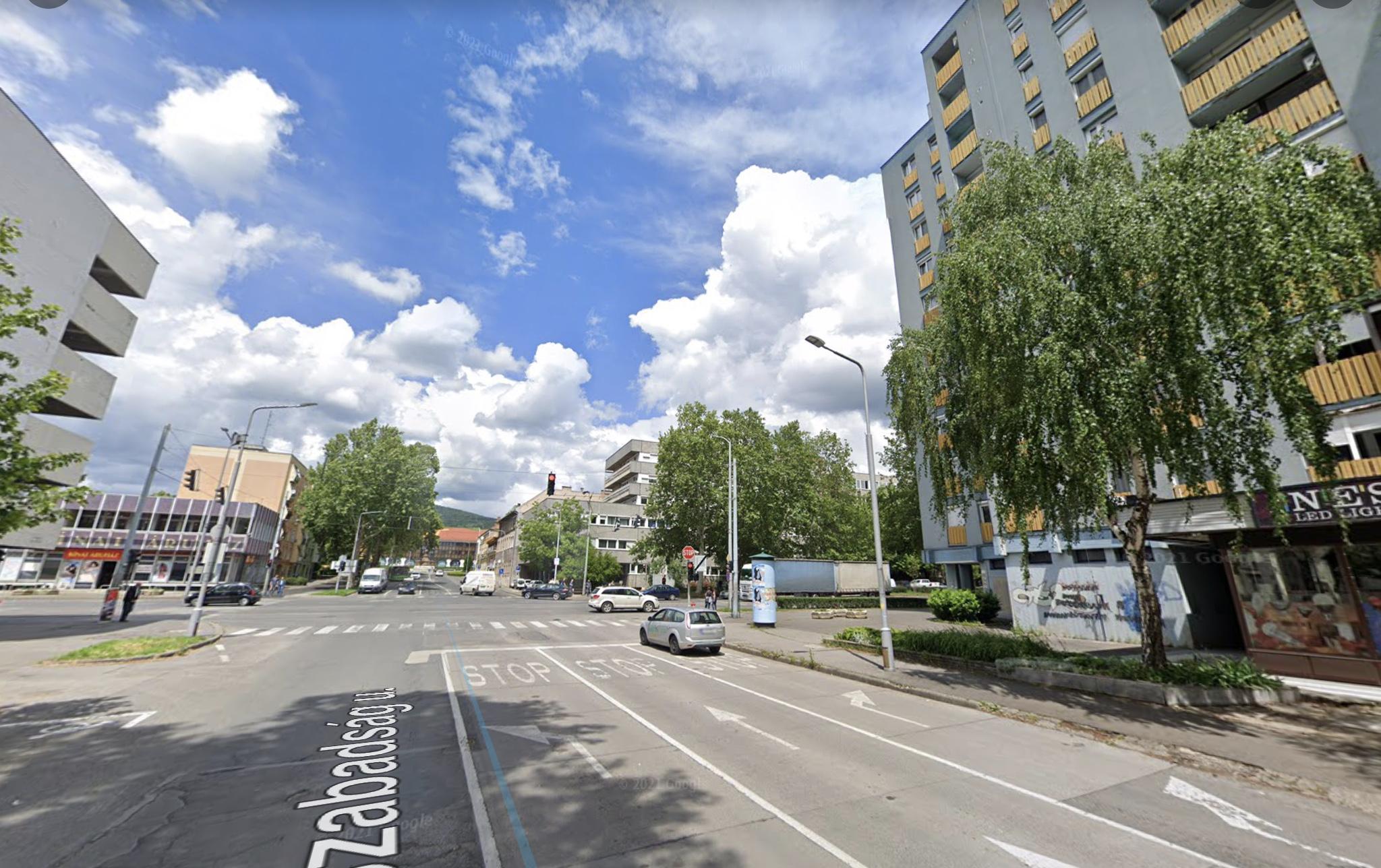 Pécs belváros, Szabadság utcánál,1.300 m2 irodaház kiadó