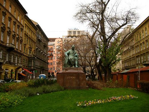 VI.ker, Jókai térnél, Jókai u. 150m2 , kirakatos, melegkonyhás, galériás üzlethelyiség eladò