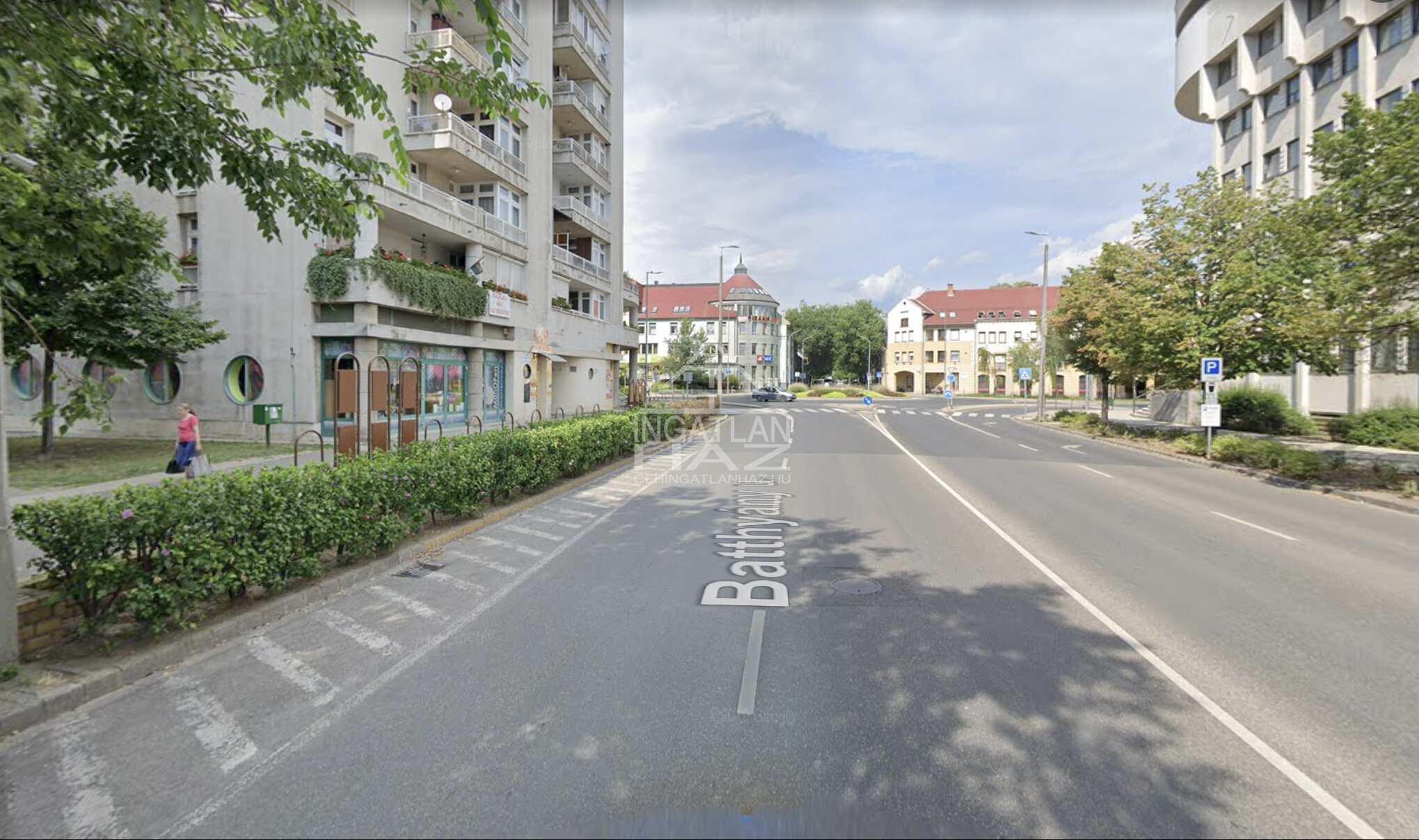 Kecskemét, Batthyány utca, 350m2 , utcai, kirakatos,üzlethelyiség kiadò