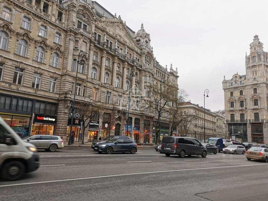 V.ker. Belváros szívében, Ferenciek tere, 160m2, utcai,felújított,melegkonyhás üzlet kiadó