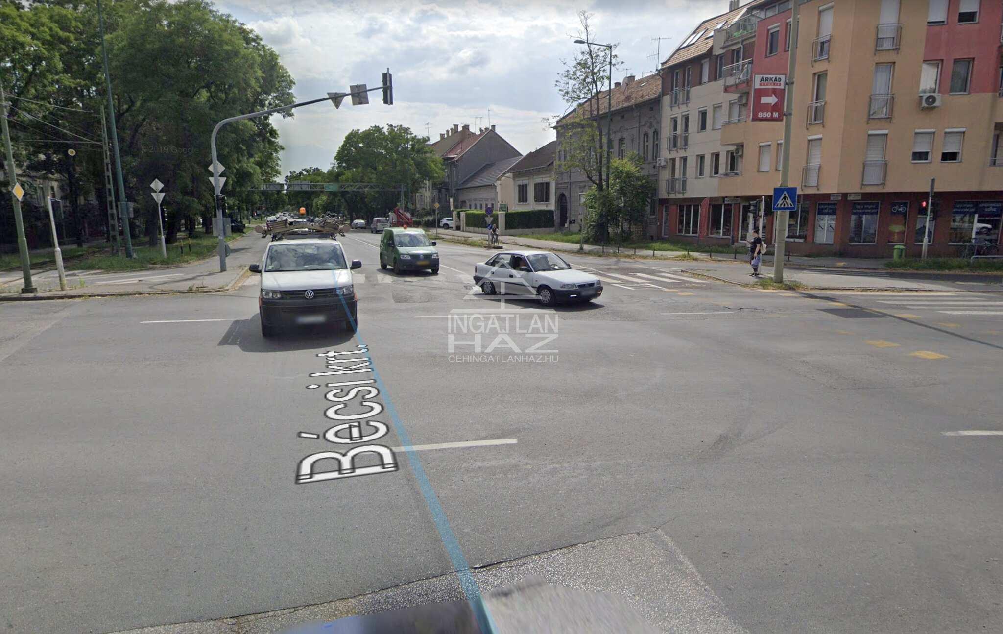 Szeged, belváros, Petőfi S.sgt. 90m2, utcai ,melegkonyhás,önálló épület eladó